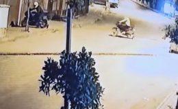 Evin önünden yapılan motosiklet hırsızlığı kameraya yansıdı