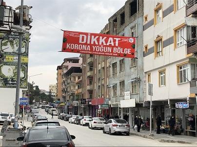 """Hatay'da """"Dikkat korona yoğun bölge"""" yazılı afişler asıldı"""