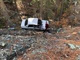 Uçuruma yuvarlanan otomobilin sürücüsü yaralandı
