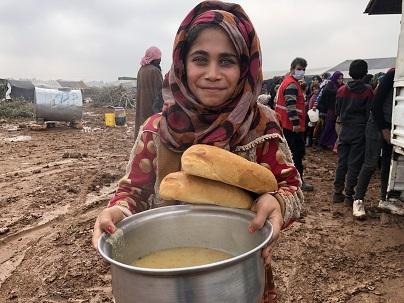 Çadırda yaşayan Suriyelilere sıcak çorba