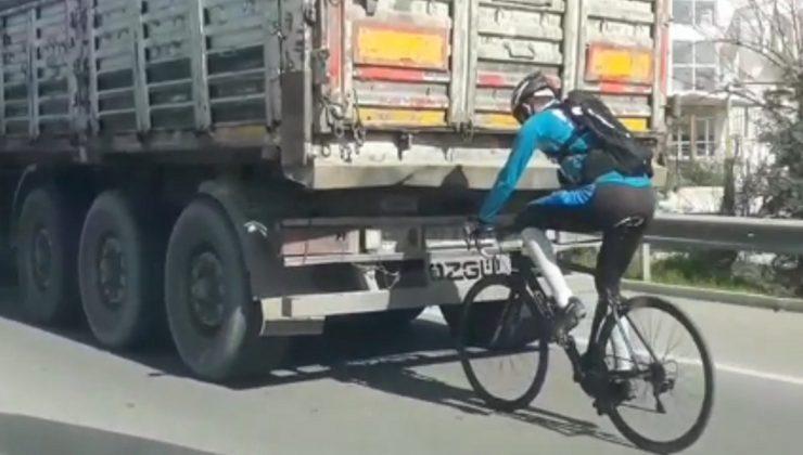 Kamyon arkasında bisikletle tehlikeli yolculuk