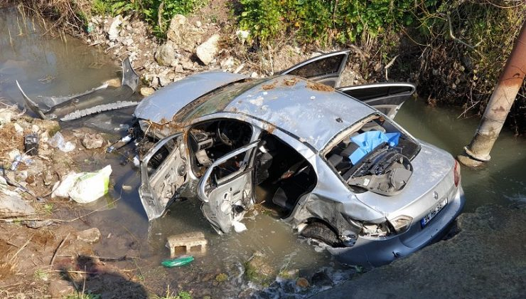 Minibüsle çarpışan otomobil dereye uçtu: 3 ölü, 2 yaralı