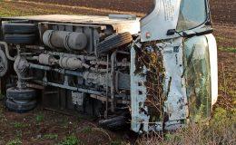 Hatay'da yağ dolu kamyonet devrildi: 3 yaralı