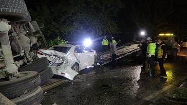 4 kişinin can verdiği kazada hasar gören araçlar vinç ile kaldırıldı