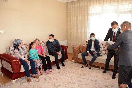 Hatay'da hayırsever iş adamı 352 çocuğu bayram öncesi sevindirdi