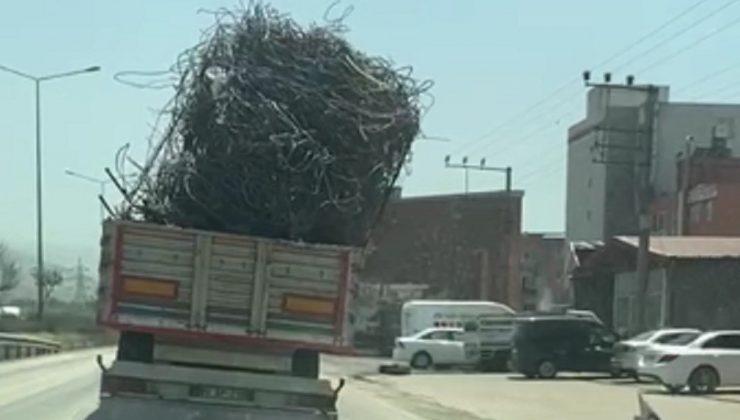 Hatay'da hurda demir yüklü kamyonun tehlikeli yolculuğu