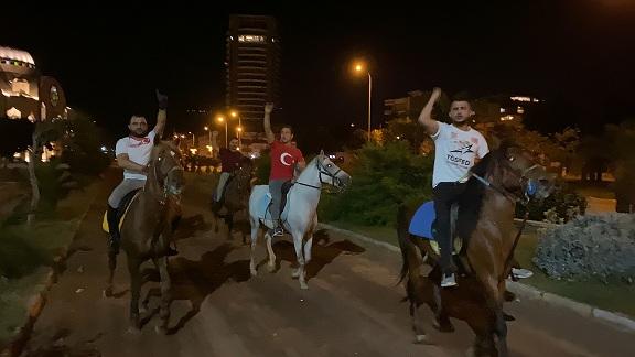 İsrail'i at üzerinde protesto ettiler