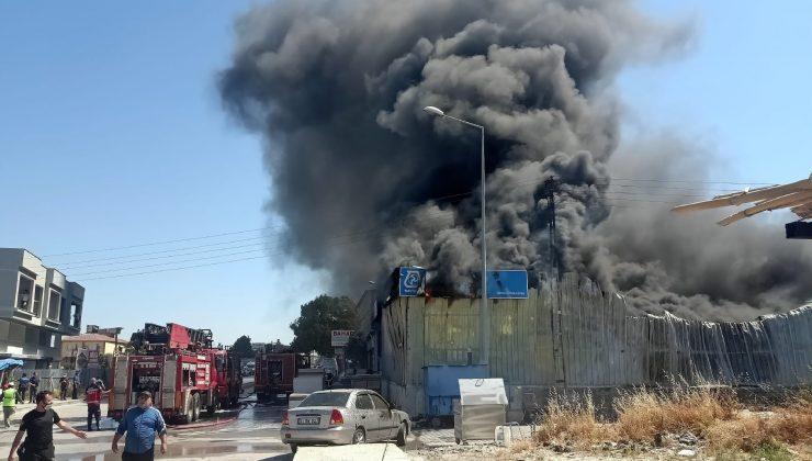 Hatay'da izolasyon satılan bir iş yerinde yangın çıktı