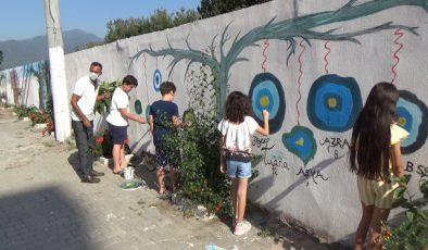 Yaşadıkları sokağı açık hava resim sergisine çevirdiler