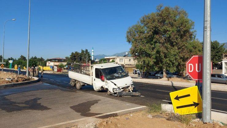 Hatay'da kamyonet ile otomobil çarpıştı: 2 yaralı