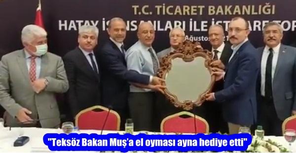 """Teksöz Bakan Muş'a el oyması ayna hediye etti"""